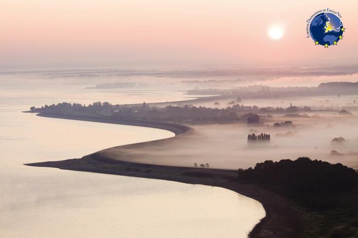 Le pays du lac du Der est l'un des premiers espaces naturels aux portes de l'IdF et du Nord de l'Europe. L'immense lac artificiel du Der, de 4.800 hectares, a été mis en eau en 1974 et a bouleversé le paysage et l'économie du territoire. Depuis, ce lac est devenu un des pôles touristiques majeurs de la Champagne-Ardenne où la nature a gardé son identité : une nature préservée, une faune exceptionnelle. un environnement de qualité.  @Collection Lac du Der Photos Pascal Bourguignon #EDEN…