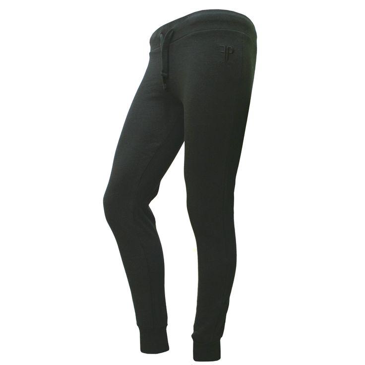 Pantalón Urania Negro Pantalón de mujer con logo de Feel Point bordado en parte delantera. Disponible en colores negro y marsala Composición: 100% ALGODÓN. Disponible en tallas XS a XXL