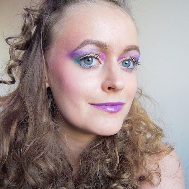 80s inspired makeup look for the festivals💄 More on the blog 👉 #linkinbio ⠀  ⠀  ⠀  ⠀  ⠀  #80s #80smakeup #makeuptrends #moreontheblog #blog #blogi #blogger #bloggers #beautyblog #blue #rainbowmakeup #rainbow #rainboweyes #eyeshadow #tutorial #festivalmakeup #festarimeikit #meikit #makeup #beautycare
