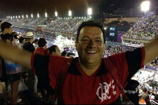 Fotos de novo gerente do Vasco com a camisa do Flamengo vazam na internet