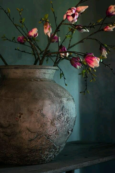 Dramatic flowers and vessel: Mooi