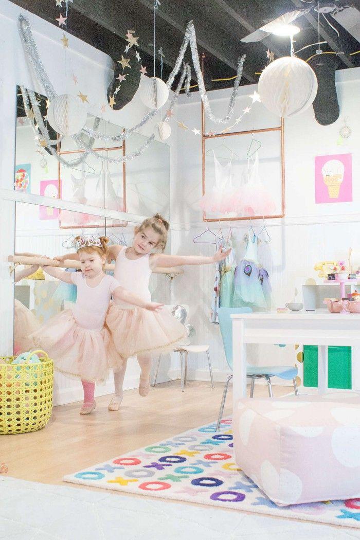 Imaginez la frimousse de votre loulou(te) en découvrant un espace dédié à sa passion qu'est la danse!L'idée est pourtant simple et ultra facile à réaliser mais je n'ai jamais rencontré ce type de déco dans une chambre d'enfant. C'est la super maman Joni, blogueuse à ses heures, qui à présenter cette installation sur son site Lay Baby Lay. Réalisé pour ses 2 petites filles, elle a su créer un univers enchanteur dans leur salle de jeux avec une barre de danse, un mur de miroirs agrémentés de…