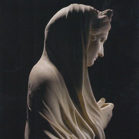 """Vivia Sabina (Roma, 136). Arte Romano. // Emperatriz, esposa de Adriano, cuyo matrimonio con ella le legitimó en la dinastía, se distinguió por su gran belleza, espíritu independiente, gran cultura y amor a las Bellas Artes. """"Toda su vida se rodeó de músicos y bailarines"""". Querida por Roma, el sentimiento de vacío y frustración que produjo su muerte se refleja en los muchos retratos y estatuas que se alzaron en su honor, unas como mujer, otras como diosa (Céres, Venus Genetrix)."""