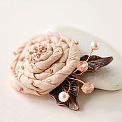 Купить или заказать Брошь цветок из ткани «Роза пустыни» в интернет-магазине на Ярмарке Мастеров. Небольшая брошь в форме цветка розы, выполненная из ткани (японский лен) песочного цвета и расшитая мельчайшим японским бисером оттенка бронзы. Цветок украшают листочки из металла оттенка бронзы и небольшие ягодки из жемчужин Сваровски и чешского граненого стекла. Эта брошь-роза будет хорошо смотреться на пальто или лацкане твидового пиджака. Ее можно приколоть на блузку или платье, а также…