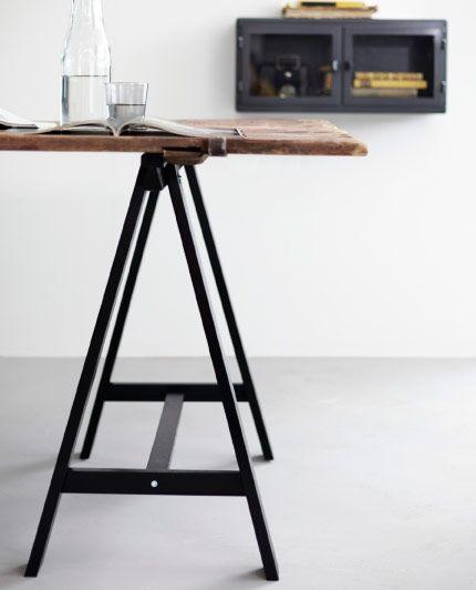 Tréteaux ODDVALD Table fabriquée avec une vieille porte en bois et des tréteaux métalliques