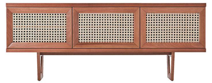 Com base e portas de madeira e trama de palha, o bufê 200 Fifty (2,03 m x 45 cm x 80 cm) sai por 4 450 reais na Saccaro