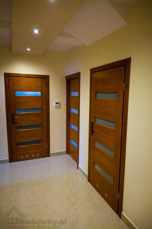 Przedpokój na poddaszu, drzwi drewniane #sufit #drywall podwieszany z oświetleniem led na poddaszu - Hol, Przedpokój, Sufit Podwieszany, Drzwi, Drzwi Wewnętrzne, Drzwi Drewniane, Oświetlenie, Poddasze