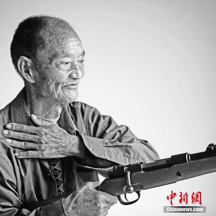 #победа #китай #вов #япония #ветераны #война   Китайские ветераны вспоминают войну  3 сентября Китай будет праздновать годовщину победы в Японо-китайской войне. Этому событию впервые будет посвящен военный парад на площади Тяньаньмэнь в Пекине. С апреля по май фотограф Ли Люй навестил больше 30 ветеранов и сделал их необычные портреты. На фотографиях ветераны позируют с винтовками типа «Чжунчжэн» — распространенным оружием китайских солдат во время войны.