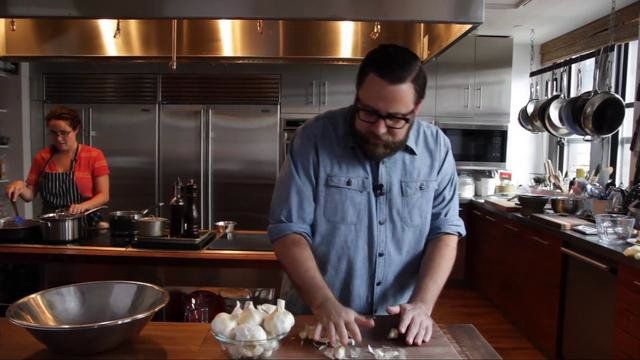 Executive Food Editor, Todd Coleman, shows you how to peel a whole head of garlic in less than ten seconds. (good tip for larger amounts)  For more tips and tricks, visit http://www.saveur.com. Have a question? Email the testkitchen@saveur.com.  Directed by Alex Lisowski, http://www.alexlisowski.com.  Edited by Laura Tomaselli, http://lauratomaselli.com.