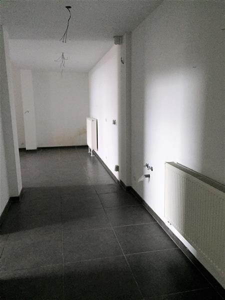 """Idéal investisseur ! Rez-de-Chaussée - 99.000€ - Appartement 2 chambres entièrement rénové vendu avec parking, à proximité des axes autoroutiers vers Liège et Namur.  Séjour avec cuisine (non équipée), 2 chambres et salle de douche avec W.C., le tout est carrelé et les murs sont peints.  Châssis PVC double vitrage, chaudière individuelle au gaz.  Charges de copropriété : 41 €  RC : 676 € (poss. réduct. enregistrement)  PEB n° 20170316017260 """"D"""" 328 kWh:m².an  Béatrice FRANCE 0472/752.720…"""