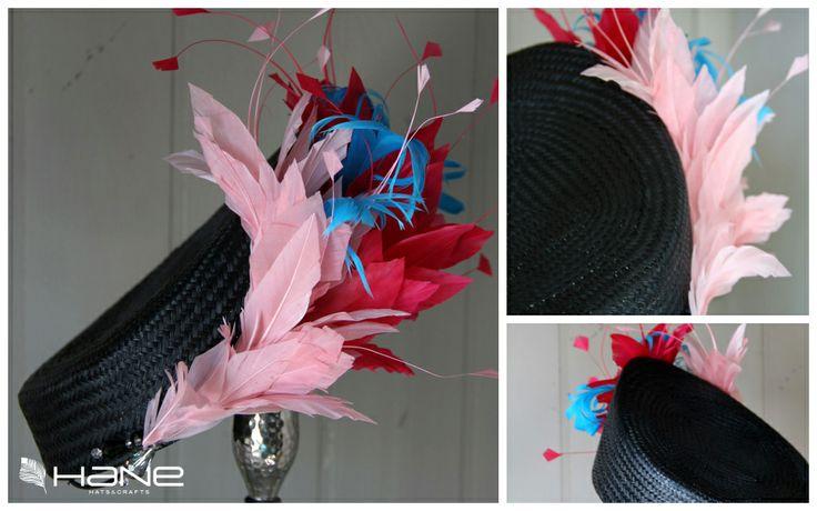 #Casquete con #plumas de colores. #Handmade