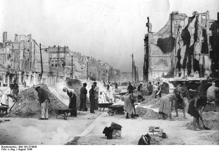 1946 // Frankfurter Allee, post-war clearance work underway. Bundesarchiv Bild 183-S74639 Wikipedia