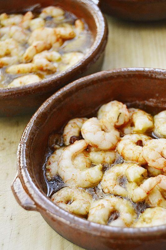 Las gambas siempre están riquísimas. Ya las hemos puesto con arroz y hoy toca un plato muy típico de España, las gambas al ajillo. Están riquísimas y no son tan caras si compras gamba arrocera en e…