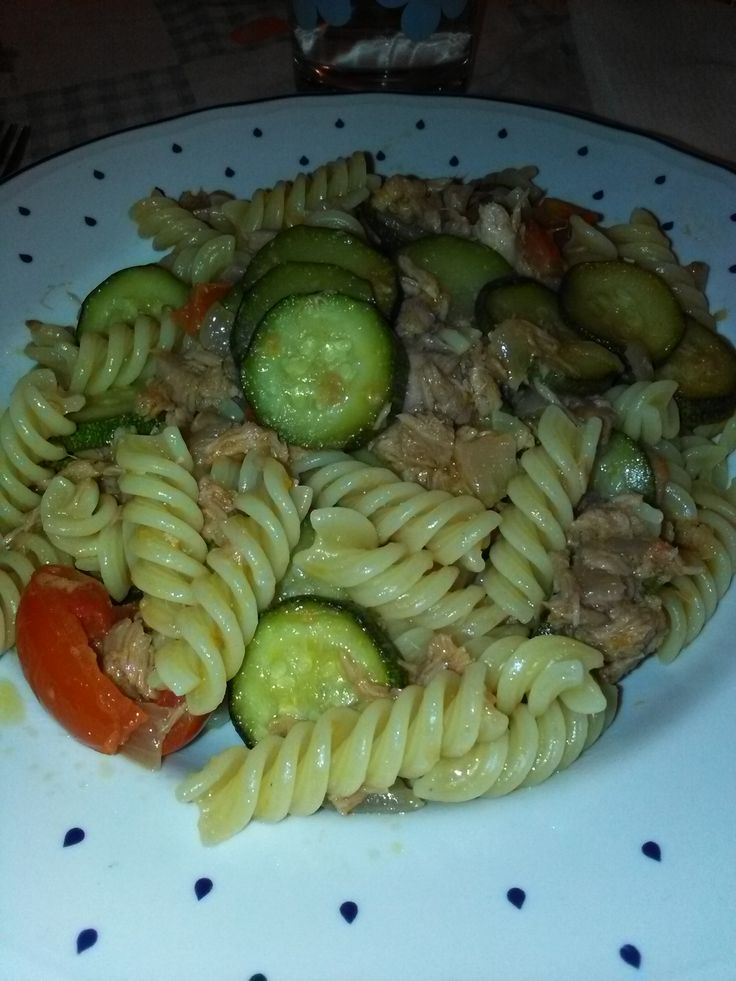 Fusilli+con+zucchine,+pomodorini+e+tonno+(in+scatola)+home-made