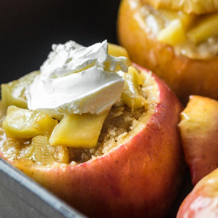 Bratäpfel und Adventszeit gehören einfach zusammen, findest du nicht? Besonders lecker werden die Früchtchen mit süßer Apfelfüllung, Crumble und Mascarpone.