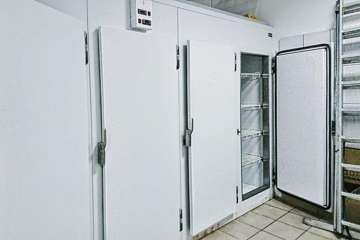Кухня ресторана, морозильная камера.