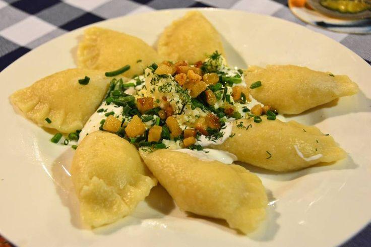 Словацкие картофельные пельмени,начиненные брынзой и увенченные беконом,сметаной,луком. Братислава.