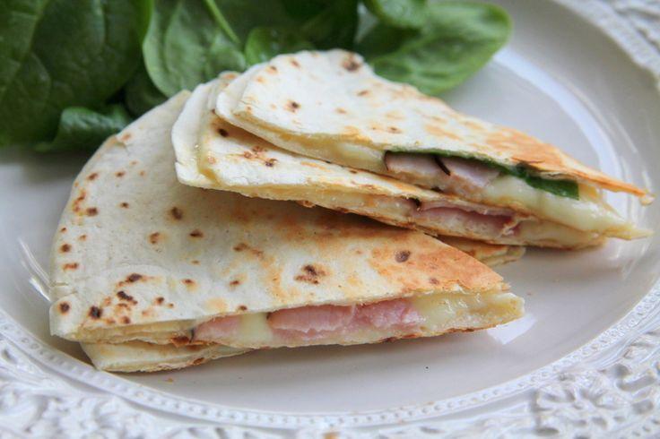 """Tips på gott mellanmål som är väldigt smidigt att göra – och barnen är tokiga i dessa """"taco-pizzor"""" ….. Sommartid brukar vi grilla dem – men funkar lika bra att göra direkt på spisen och även i micron fick jag tips av en bloggläsare. Det här behöver du vetetortilla skinka ost … Läs mer"""