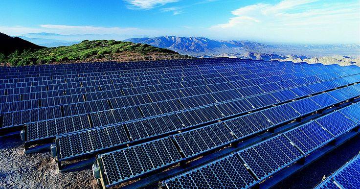 """Como as fotocélulas funcionam?. A fotocélula, ou células fotovoltaicas, transformam luz em eletricidade. É composta por dois tipos de materiais semicondutores. Um deles, quando conectado a uma fonte de eletricidade, conduz um pouco de eletricidade, mas não tanto como um metal faria. Os dois semicondutores são chamados de """"n"""" e """"p"""". O n representa o negativo, porque os ..."""