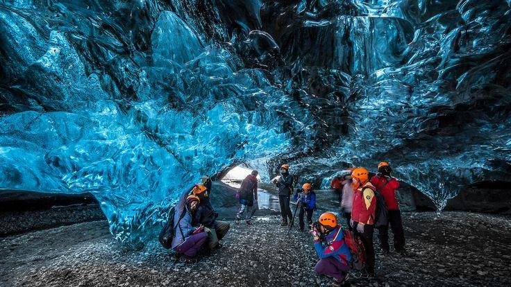 Er zijn verschillende prachtige ijsgrotten te vinden aan de zuidkant van de Vatnajökull. De ijsgrottenin deze regio zijnbijzonder;onderhet juiste lichtwordt de ijsgrot namelijk onvoorstelbaar mooi! De ijsgrot die je gaat bezoeken wisselt van dag tot dagen hangt af van de tijd van de winter, van de tijd van de dag en het weer.Maar 1 ding»