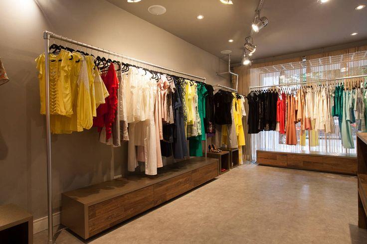 Find home projects from professionals for ideas & inspiration. Loja de roupas femininas Adriana Praça. by Arquitetura Juliana Fabrizzi I homify