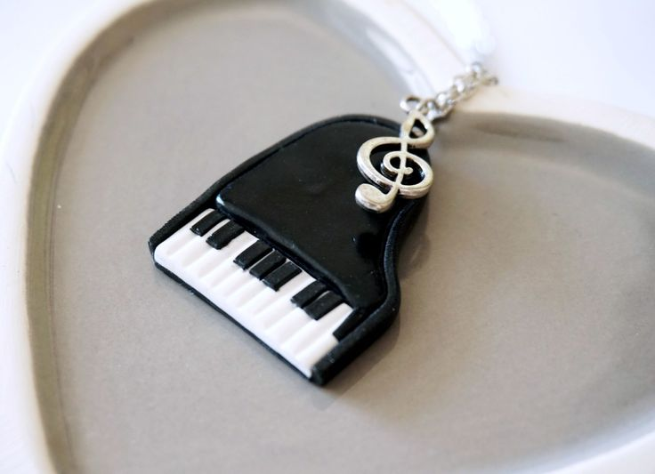Collier Piano à queue noir et blanc - Fimo : Collier par BleuetClaymentine - http://bleuetclaymentine.alittlemarket.com/