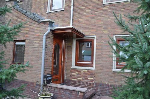 Totaal vernieuwde met duurzaam natuurvriendelijke materialen gebouwde woning. Zeer luxe energie zuinige onderhoud vriendelijke woonhuis van alle gemakken voorzien. Centraal maar rustig gelegen