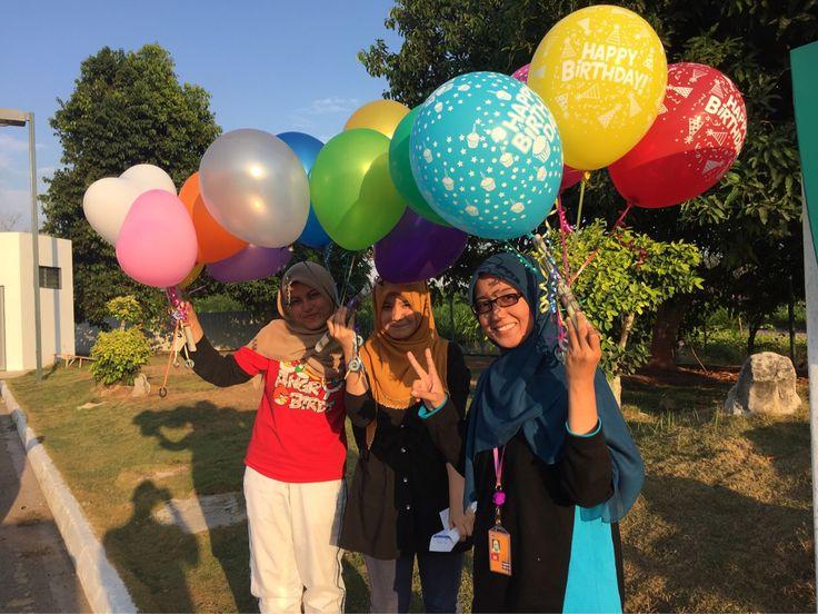 Baiknya hati Cik Hasmidah dan kawan-kawan dia buat collection kumpul duit untuk beli helium ballloon meraikan hari lahir 2 orang kawan mereka. Terima kasih ya!
