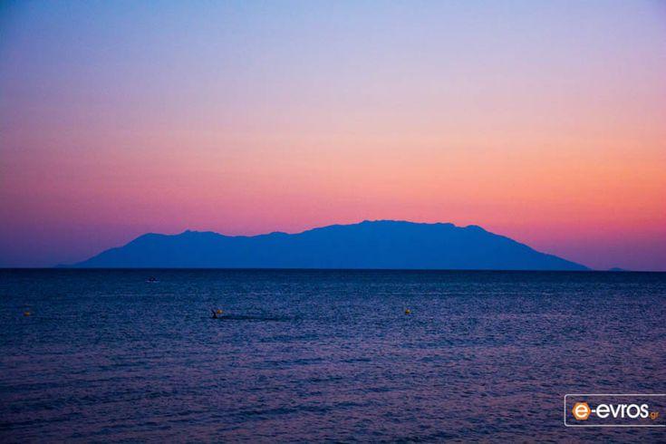 Πανδαισία χρωμάτων με φόντο το νησί των Καβείρων, τη Σαμοθράκη.