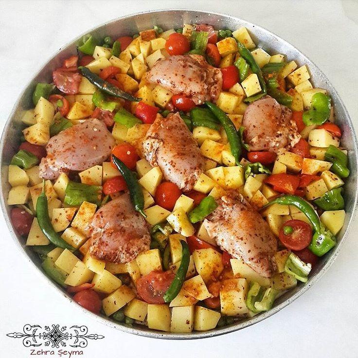 İftara kısa bir süre kala kurtarıcı ana yemeklerden demiştim. Bazı arkadaşlarımız tarif verdiğim gün denemişler ve çok beğenmişler. Sizde yapmak isterseniz tarifi sizler için gelsin. TAVUKLU PATATESLİ TAVA Malzemeler: 1 paket tavuk ızgara (Küp doğranmış tavuk göğsü yada but olabilir.) 6 adet patates 5 adet yeşil biber 1 adet kırmızı 3 adet domates 3-4 diş sarımsak Yarım su bardağı bezelye Pulbiber, karabiber, kekik Sıvıyağı Üzerine: 1...