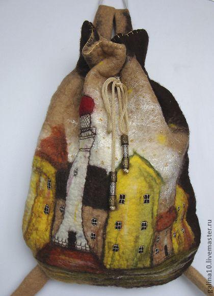 рюкзак `городок`. Вместительный рюкзак выполнен в технике сухого и мокрого валяния. Ручки укреплены тесьмой и регулируются. Внутри подкладка и затяжка шнурок. Рюкзачок вышит мулине и бисером.
