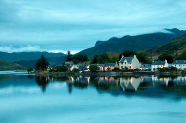 In de Schotse Hooglanden vind je veel prachtige meren, maar Loch Duich biedt ongetwijfeld de spectaculairste uitzichten.