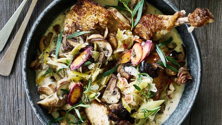 Køb kyllingelår, eller brug en hel kylling, som du selv skærer ud i 8 stykker. Her får du opskriften på kylling i hvidvin og estragon