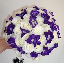 It is a popular flower that is commonly used to fill in between other larger flowers in wedding