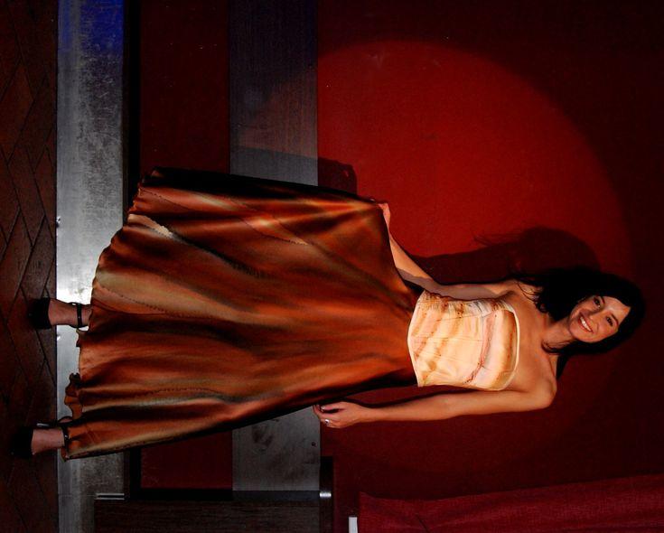 Společenská+hedvábná+sukně-ručně+malovaná+Každá+žena+je+krásná.+Každá+z+nás+se+může+cítit+jako+královna.+Hedvábí+je+dotek+luxusu,+který+si+můžete+dopřát.+Vaše+pokožka+bude+cítit+jeho+jemnost+a+lahodnost.+Je+to+jako+si+vychutnávat+tu+nejjemnější+smetanovou+zmrzlinu+a+užívat+si+jen+ten+jedinečný+okamžik.+Užijte+si+to!Sukně+je+zhotovena+z+kvalitního...