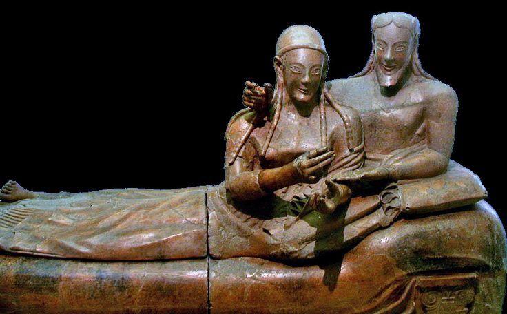 Sarcofago degli sposi, VI sec. a.C., terracotta, rinvenuto a Cerveteri e conservato nel Museo Nazionale Etrusco di Villa Giulia a Roma. I corpi sono sproporzionati, le espressioni finte, il sorriso ricorda vagamente quello delle statue arcaiche. Il marito e la moglie giacciono abbracciati e indossano i tipici calzari etruschi.