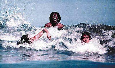 © Foto de Cafi. Milton Nascimento com os compositores Lô Borges e Beto Guedes em uma praia de Niterói (RJ).  Brasil, 1972.