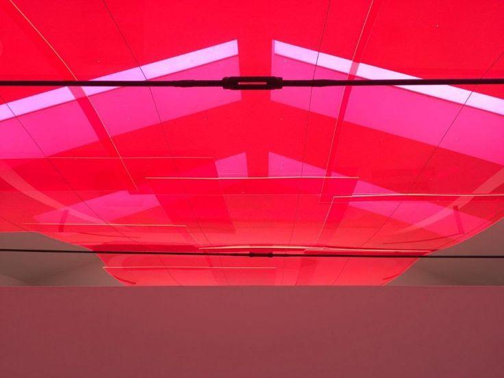 Le vetrate scarlatte che trasformano la luce del giorno. Il suono dei movimenti del magma sotto la crosta terrestre, registrato dalle sonde nei crateri