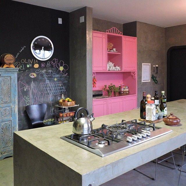 A minha cozinha é o meu lugar preferido da casa. Aqui todo mundo fica à vontade e se sente um chef! Na reforma, esse foi o ambiente que mais teve intervenção, porém com muito menos gastos do que podem imaginar. Graças ao projeto econômico, onde busquei a reutilização, o uso do concreto (ao invés da marcenaria) e a reutilização de móveis que eu já tinha! Projeto: @erikakarpuk  #decoraçãoétododia #dekorsustentavel #obralimpanadecoracao #olhomágicocj #cozinhagourmet #erikakarpuk