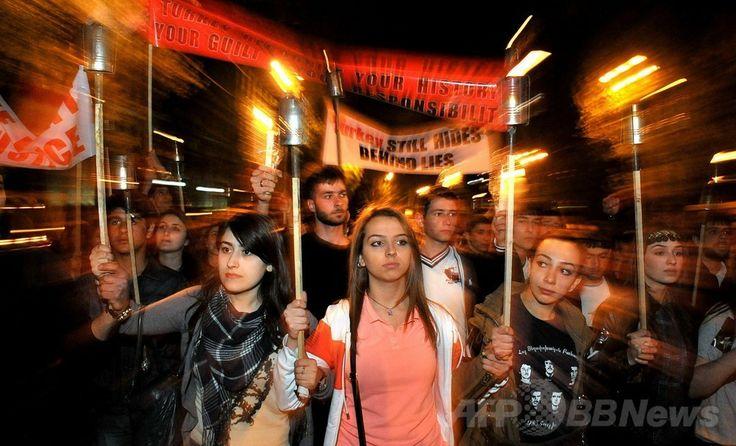 アルメニアの首都イエレバン( Երևան / Yerevan )で、オスマン帝国によるアルメニア人虐殺( Հայոց Ցեղասպանություն / Ermeni Kırımı / Armenian Genocide )から99年に合わせた追悼行事に参加したいまつを掲げる人々(2014年4月23日撮影)。(c)AFP/KAREN MINASYAN ▼24Apr2014AFP|トルコ首相、アルメニア人虐殺に初の哀悼表明 http://www.afpbb.com/articles/-/3013437 #Yerevan #Armenian_Genocide #Genocidio_armenio #Genocide_armenien #Voelkermord_an_den_Armeniern