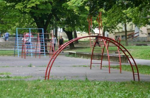 régi/rertro (vas) játszótéri játékok, beton grund, mászókák