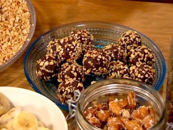 Nyttiga chokladbollar utan smör och socker. Görs på dadlar, mandelmjöl, kokosolja och kakao.
