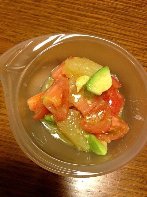 今日は潰さず綺麗にできました(^ ^) - 74件のもぐもぐ - アボカド、トマト、グレープフルーツのサラダ by kamasann