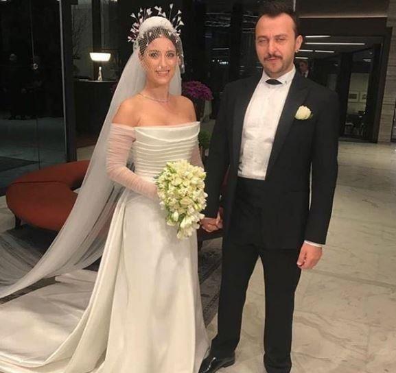 Hazal kaya evlendi, işte o gelinlik… Hazal Kaya ile yönetmen-oyuncu Ali  Atay, dün akşam saatlerinde Mecidiyeköy Fairmont Q… | Gelinlik, Dantel  geli̇nli̇k, The dress