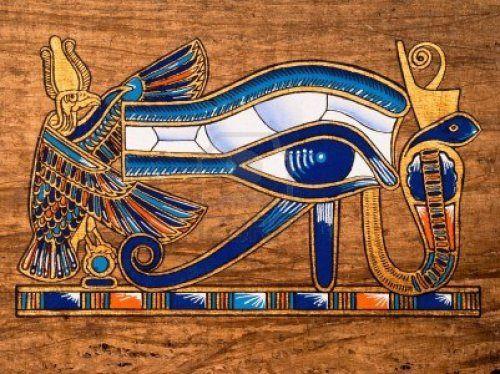 """La semejanza, como puede apreciarse en estas imágenes, es sorprendente. El Ojo de Horus, o Udyat """"el que está completo"""", fue un símbolo de características mágicas, protectoras, purificadoras, sanadoras, símbolo solar que encarnaba el orden, lo imperturbado, el estado perfecto. El Udyat es un símbolo de estabilidad cósmico-estatal. Mitología Horus era hijo de Osiris, el dios que fue asesinado por su propio hermano Set. Horus mantuvo una serie de encarnizados combates contra Set, para vengar a…"""