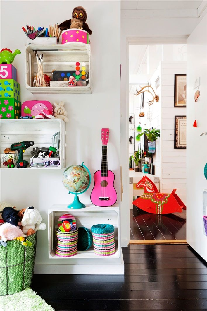 Dark floors and bright, colorful accents. Lovely! #estella #kids #decor