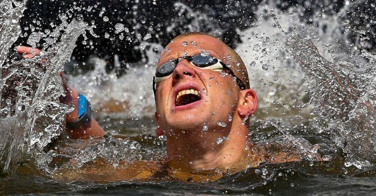 O nadador Ferry Weertman da Holanda comemora após vencer a prova de 10 km em águas abertas, durante o Campeonato Europeu de Natação em Berlim, na Alemanha.  Fotografia: Thomas Peter/Reuters.