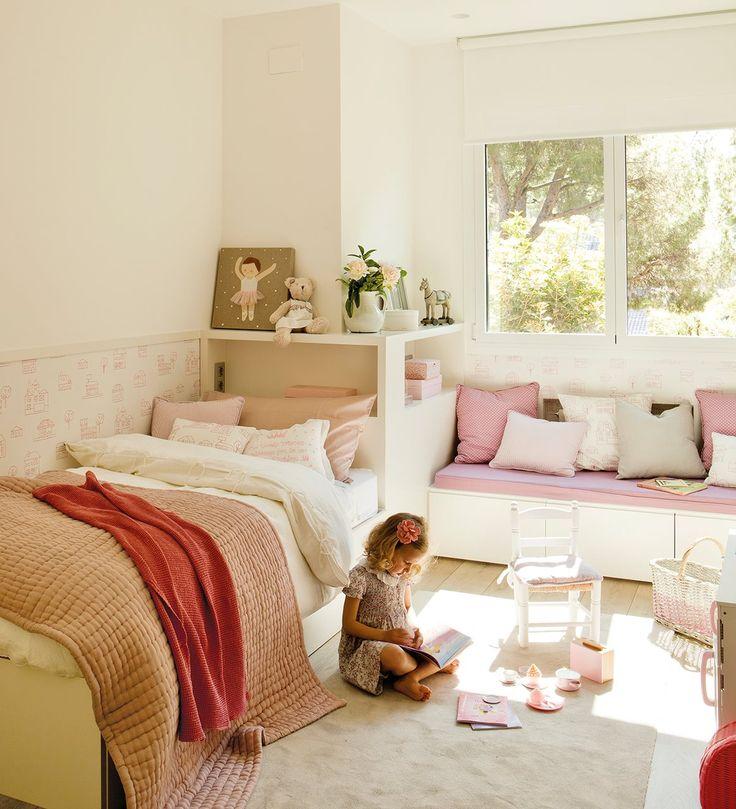 Dormitorio de niña con banco bajo la cama que es una cama para invitados. Pensado para ella