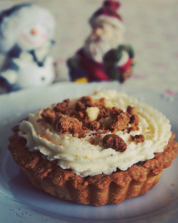 Пироженка на праздник Корзинка с банановым кремю и взбитыми сливками #десерт #выпечка #праздник #еда #на_сладкое #сливки #бананы #песочноетесто #вкусно #омномном #dessert #pastry #cream #banana #fruits #delicious #food #omnomnom #holidays