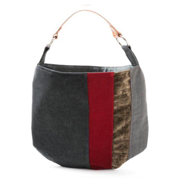 Saco pequeno –Mala estilo saco em tecido, forrada. Alça em couro natural. Handmade - numerado. Medidas: 38x42 cm